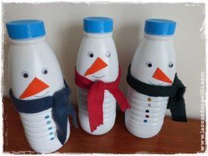 Des bonhommes de neige bricolés avec des bouteilles en plastique