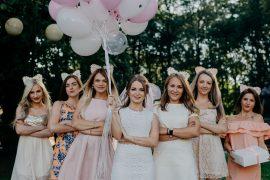 femmes en robe avec ballons et serre tête avec oreilles de chat