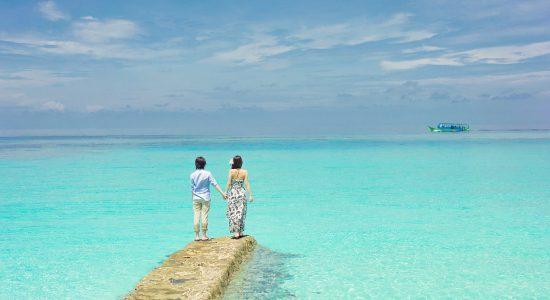 couple au bord de la mer eau turquoise