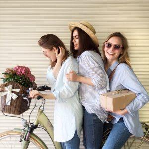 3 femmes avec vélo