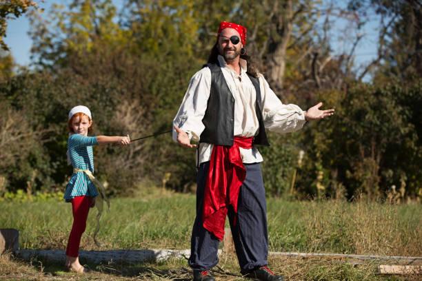 Famille avec Papa et petite fille déguisés en pirates pour le Carnaval