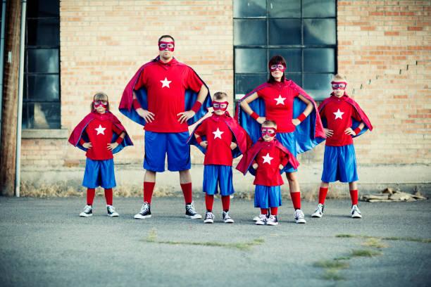 Famille déguisée en super-héros costumes assortis pour Carnaval