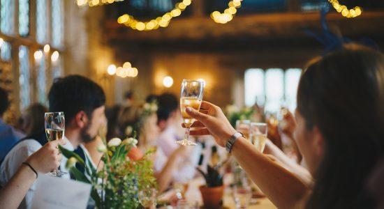 Des invités en train de porter un toast avec du champagne