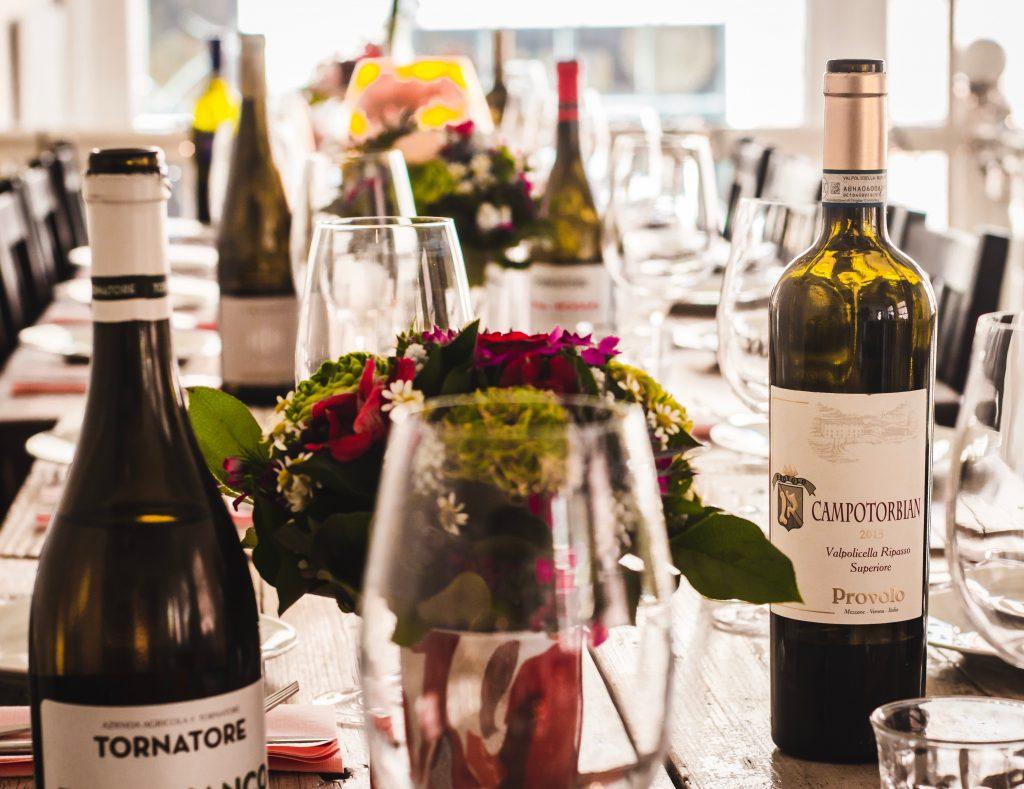 Une table de mariage avec des bouteilles de vin