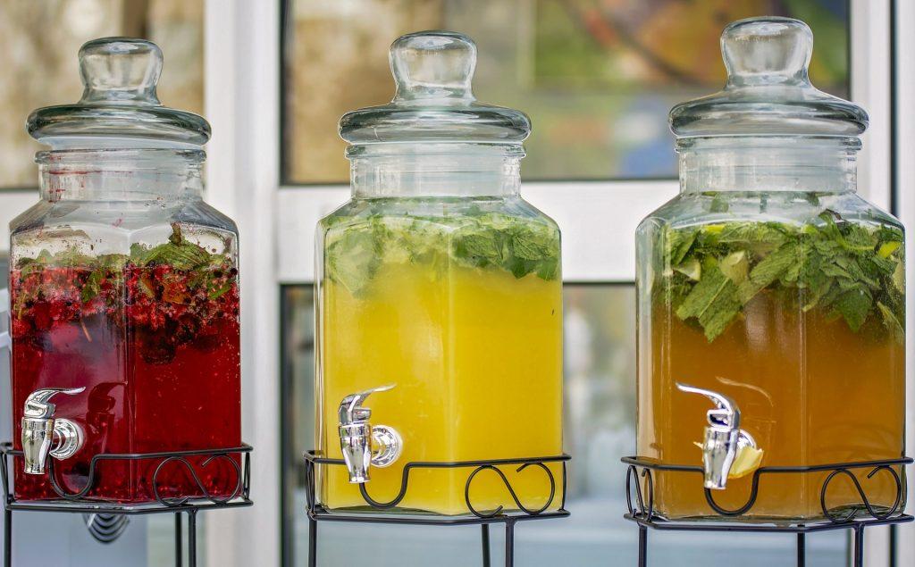 Des boissons colorées dans des gros bocaux