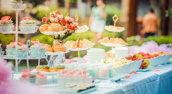 table rempli de gâteaux et de bonbons