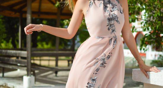femme portant un robe rose pale à fleurs